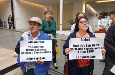 Tretjega novembra so prebivalci San Francisca na referendumu s 55 odstotki proti 45 zavrnili omejitve za oddajanje prek Airbnbja. Podjetje je za kampanjo zapravilo osem milijonov dolarjev (7,5 milijona evrov) ali osemkrat več kot njegovi nasprotniki. Ti so, kot piše na transparentih na fotografiji, opozarjali, da oddajanje prek Airbnbja uničuje skupnosti in povzroča deložacije.