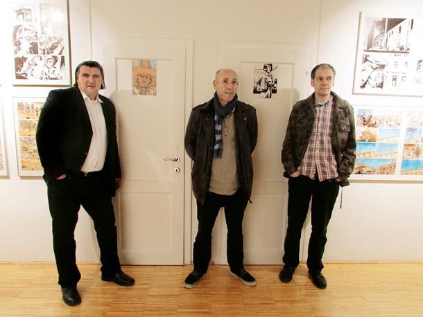 Zoran Smiljanić, Marijan Pušavec in Jakob Klemenčič pred straniščem dunajske Hiše literature